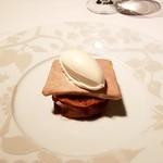 ル・マノアール・ダスティン - 前菜:フォアグラのテリーヌ 林檎のロースト添え