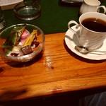 ミルカ - 別にコーヒーをオーダー。お茶菓子付き