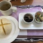 80796159 - 近江牛とエビフライ定食の白パンとオカズの小鉢二つとコンソメスープ