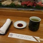 吉野鮨本店 - おしぼり、緑茶