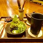 80811425 - 「挽きたて緑茶 セルフミキシング」(550円税別)と「CAFE大阪茶会 甘味トリビュート」(650円税別)。