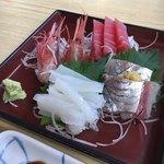 うおなお亭 - 料理写真:刺身定食のさしみ。結構な量!でもあじたたきにすればよかったかなぁとも思った。