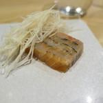 et NOU - サーモンと真鯛それぞれマリネしてから重ね合わせて根セロリとともに