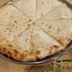 インドレストランニューデリー - トロトロふわふわのチーズナン