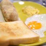 80846870 - モーニングセット 750円 の揚げパン、トースト、スクランブルエッグ、目玉焼き