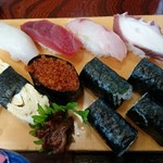 天楽分店 - イカ、マグロ、鯛?、タコ、たまご、トビッコ、大葉の海苔巻き