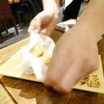蔵人厨 ねのひ - 海老芋の唐揚げの袋を開けて