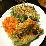 ソルエチェーロ - 海老とアボカドのサラダ   上はオリーブ