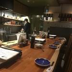 もつ唐と水炊きもつ鍋 由乃 - 店の雰囲気は洒落ています