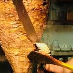 トルコ料理サライケバブ - 肉を削ぎ落としていく!
