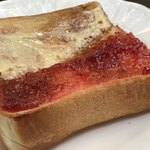 カピアンコーヒー - モーニングにて… トーストには ソフトホイップバターとイチゴジャムが付いて来ます♪