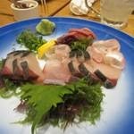 木鶏 - 福岡の宴会には欠かせない刺身は3種盛りでテーブルに運ばれてきました。