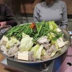 木鶏 - 此処からはお待ちかねのもつ鍋タイム、横にあるゑびす醤油を使ったプリプリのもつ鍋です。