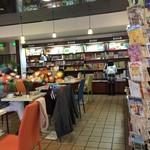パスタ・エ・カフェ・シオサイ - まるで図書室のよう