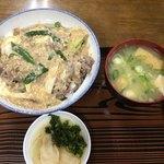 初雪食堂 - 他人丼はお味噌汁と漬物付き  お味噌汁は具だくさん!