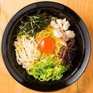 関東発祥汁なしラーメンが博多の味に生まれ変わった