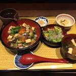 きみまち坂 - 海宝丼はわさび醤油、すし酢、出汁茶漬けと3度味を変えてお楽しみいただけます。