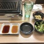 肉いち枚 - コンロ、水、モヤシ、サラダ、つけダレ、割り箸