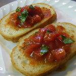 ビストロ肉匠 - フルーツトマトとバジルのブルスケッタ380
