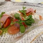 ビストロ ダイア - 自家製ハム、フルーツトマト、ブラッターチーズのカプレーゼ。