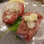 レトロ肉バル 炙りやん - 牛タンの炙り握り2貫¥650