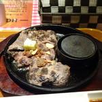 ステーキとホルモン佐藤 - ステーキはこのお値段ですので仕方ないのでしょうけれど、硬い部分と普通に美味しい部分が混ざっていました。 手前より奥のお肉の方が柔らかく食べやすいですね。