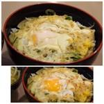 まことうどん - 玉子丼は、少し甘目の出汁で玉ねぎと共に煮られ、2個使用され1個は溶き卵、もう1個は半生状態で出されます