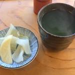 いなり寿し 清水家 - 待ってる間にお茶とお漬物を供してくれました。