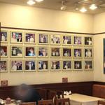 生香園 - 壁には周富輝さんの写真がズラリ