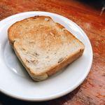 スペインバル・ジローナ - クルミ入りのパン