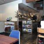 80920084 - カウンター席、テーブル席ございます店内。