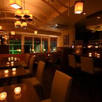 夜は落ち着いた雰囲気で、ハイボールバル(128種類)&世界の小皿料理