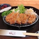 がんち - 御飯・白味噌仕立て豚汁・漬物・自家製ソースの小皿がセットされるロースカツ定食
