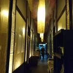和牛炭火焼肉 あぶりえん - 安っぽくない店内、雰囲気のある通路
