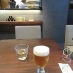 東京赤坂 やぶそば - 「一口樽生ビール」(後方に「菊正」の樽が見える)