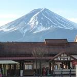 80949367 - 河口湖駅と富士山