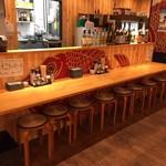 浜焼太郎 - カウンターは8席。お1人様でもカップルでも。