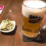 大衆ビストロGABRI - 生ビール、お通しはほうれん草の白和え。先におっぱじめました。