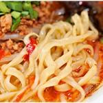 北海道山椒うま辛味噌ラーメン 辛幻 - ピロピロ感のある平打ち麺。