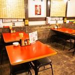 ラーメン 赤組 - 店内(テーブル席)