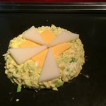 80969374 - 【'18.2】もち・チーズのお好み焼き。店員さんが綺麗に焼いてくれる