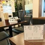 自家製熟成麺 吉岡 - 店内中ほどの席より入口方面