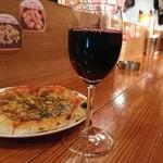 ピザ バー ロコ - 店内とピザ