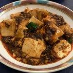 80974409 - 別皿に盛り分けた麻婆豆腐                        大きな豆腐にひき肉もたっぷり(^^)                       土鍋で提供されたものを盛り分けてあります