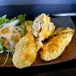 80975798 - 陸前高田の牡蠣の天ぷら♪ 1粒がでかい! あげ餃子のように長い! 中身はジューシーまろやか。一口かんだ瞬間にとろけました♪
