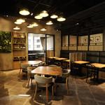 パパイヤリーフ - 店の中央部、天井が高く店のシンボルである照明がアジアの象徴