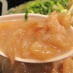 初代 秀ちゃん - 肉カストッピング。背脂を揚げたものです。クセはなく麩を揚げたような、シュワ♪ヤワ♪カリッ♪な食感。