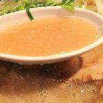 初代 秀ちゃん - スープはトロトロです。いわゆる豚骨臭(獣臭)はあまりないので、上品な豚ボタージュ系ではないでしょうか。