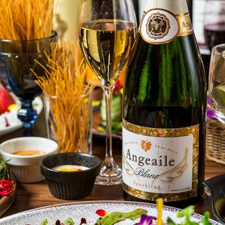 ワイン、サングリアなど合計100種類以上のドリンクが充実!