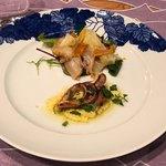 ポルテッツォ - 三重産天然真鯛の自家製スモークと土佐文旦のインサラータ 自家製カラスミ添え、やわらかく煮た淡路島産イイダコのグリル オーガニックポレンタのソース